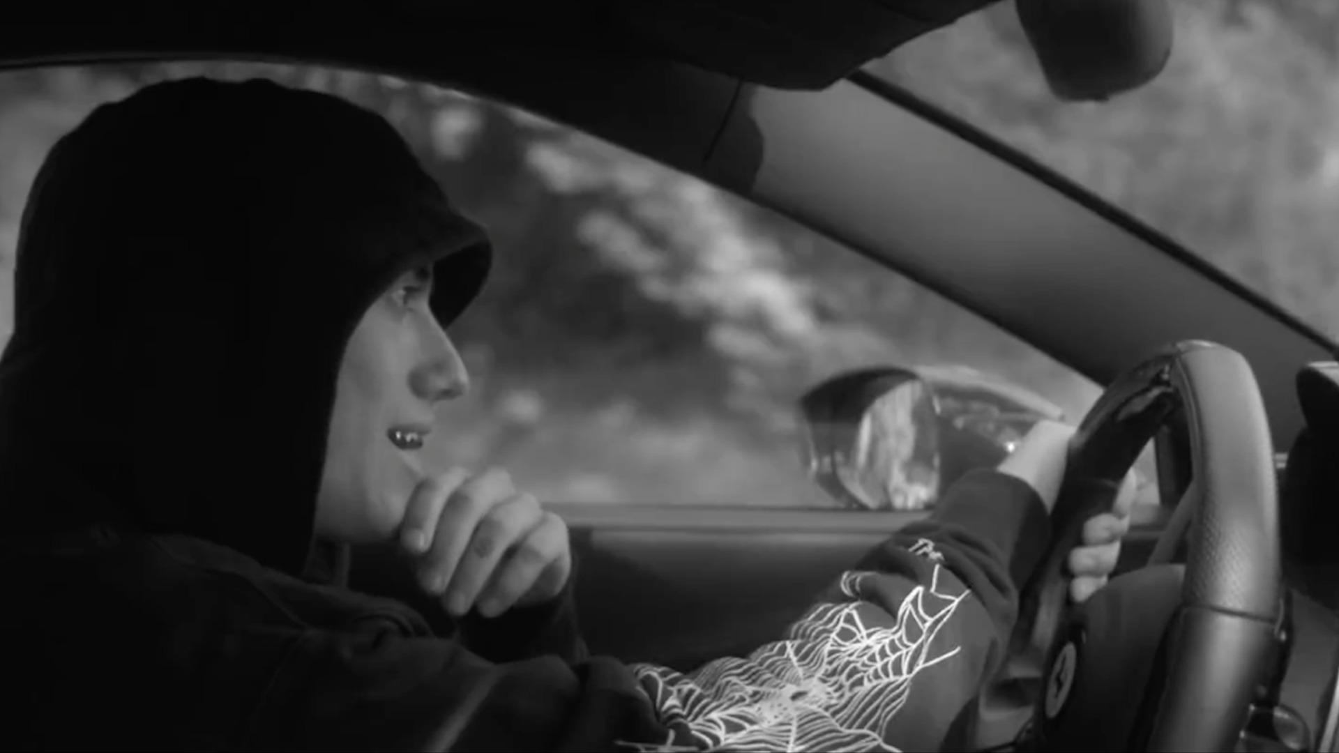 Samey sa vozí na Ferrari v čiernobielom videoklipe. Jeho druhý sólový projekt XYZ je oficiálne vonku