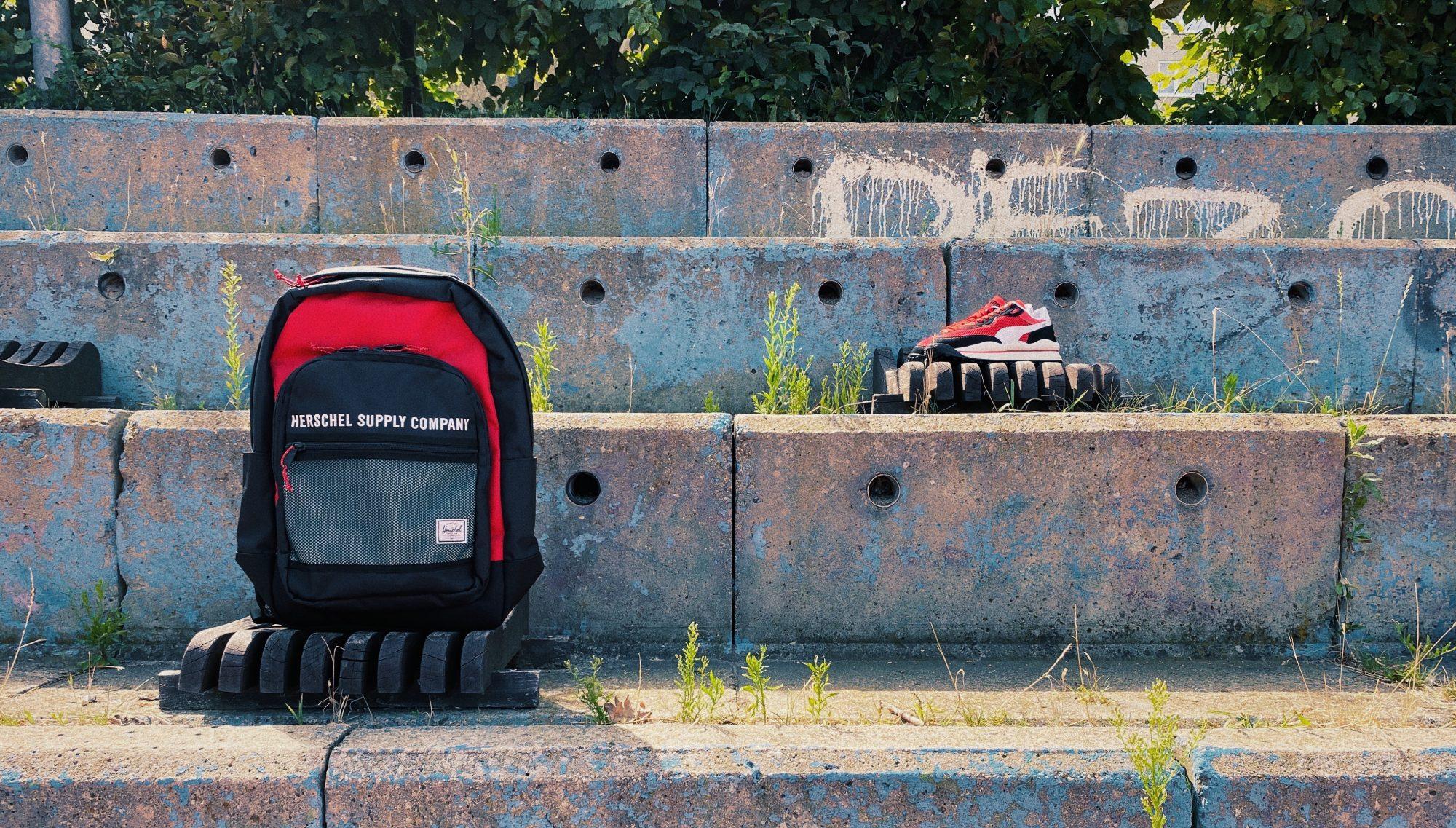 Objevuj městskou džungli s batohem na zádech